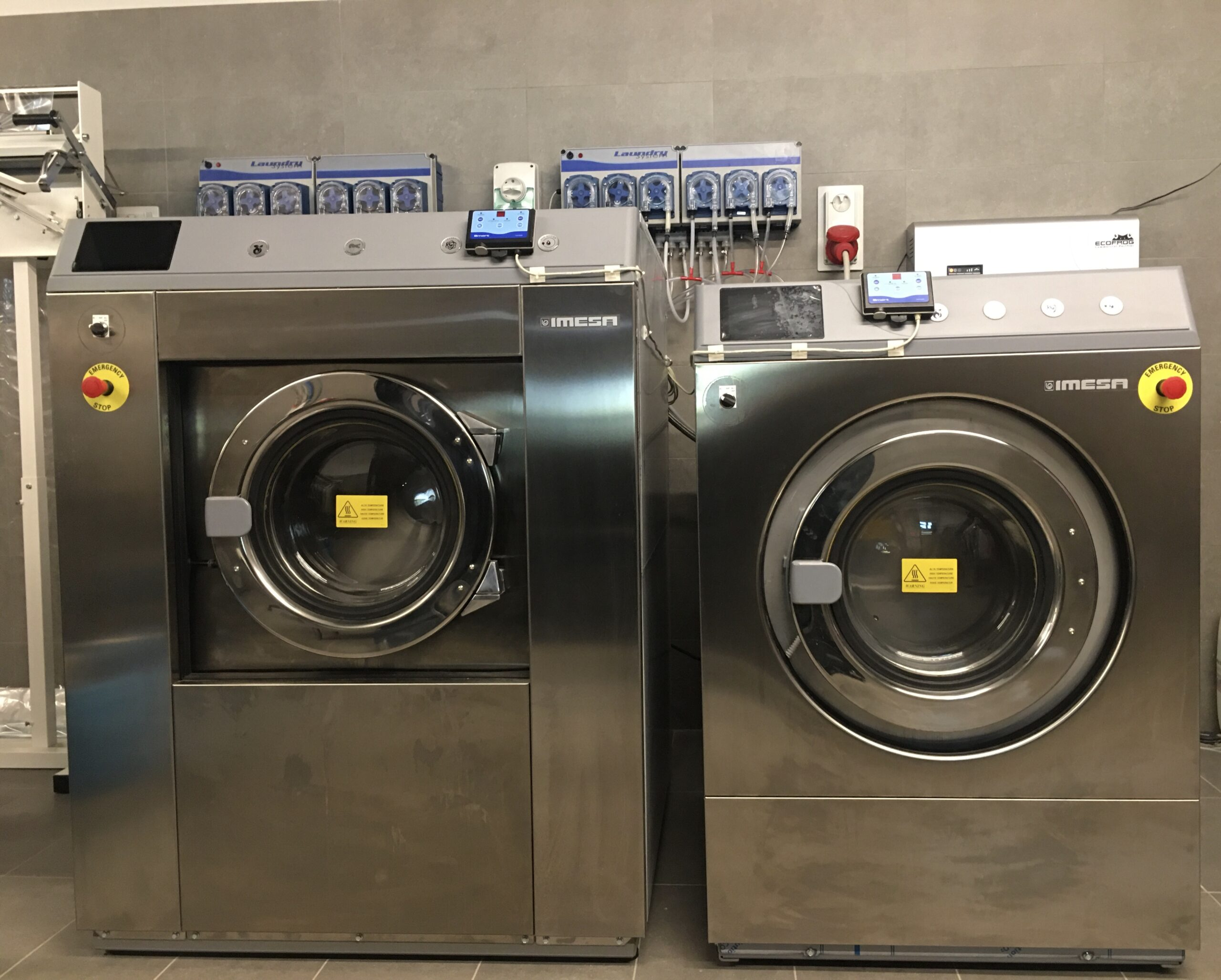 Lavatrici ad acqua.Grazie ad Inesa,utilizziamo sistemi di lavaggio ad acqua che ci permettono di lavare con efficacia e sicurezza,qualsiasi capo d'abbigliamento o d'arredo.